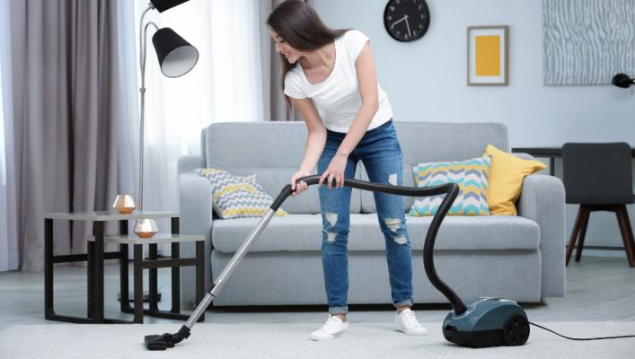 Donna che pulisce il tappeto